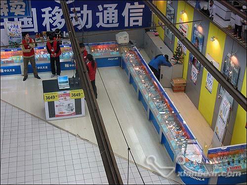 但是内部结构包含了餐饮,服装,超市,形成了一个综合性的商场,如此不伦