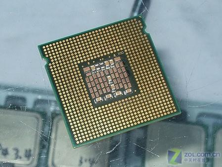 奔腾d 9xx处理器背面选用的微型电容和贴片电阻明显多于奔腾d8xx处理