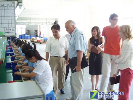 冲击波电子有限责任公司总经理刘维卡先生陪同国际客户参观工厂-大