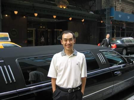 科技时代_图文:百度创建人之一徐勇在纽约皇宫酒店前