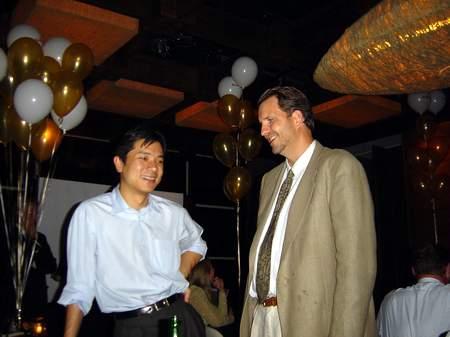 科技时代_图文:李彦宏在宴会上与投资者交谈