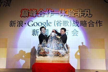 科技时代_图文:曹国伟和李开复向冰雕中注入红酒