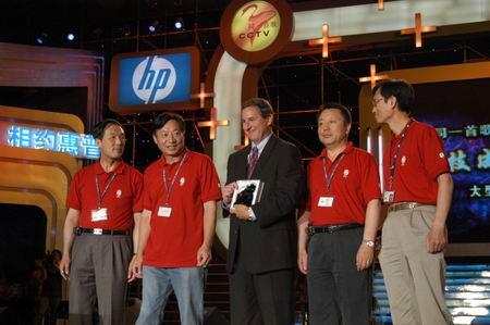 科技时代_图文:惠普CEO马克-赫德和20年以上员工合影