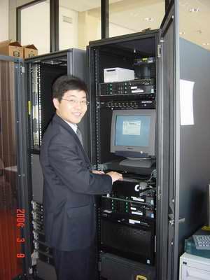 科技时代_图文:联想服务器工程师和机柜