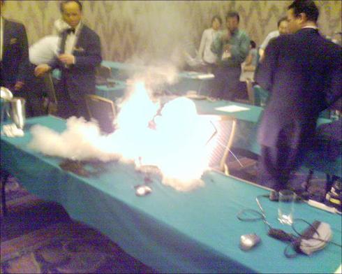戴尔笔记本在会场突然起火爆炸5分钟(多图)