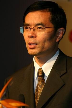 科技时代_图文:青岛市委副秘书长崔卫东主持论坛