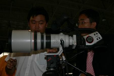 科技时代_图文:采用照相机镜头的佳能摄象机