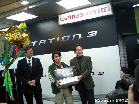 科技时代_PS3日本正式发售 中国小伙购得首机(多图)