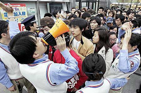 科技时代_PS3发售前夜 日本玩家通宵排队(图)