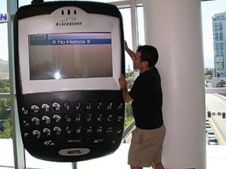 欲与姚明试比高!世界最大黑莓手机