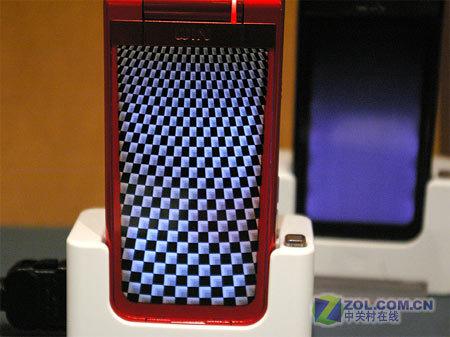图为索尼爱立信公司推出的新款翻盖手机W43S-200万像素 索爱新款翻