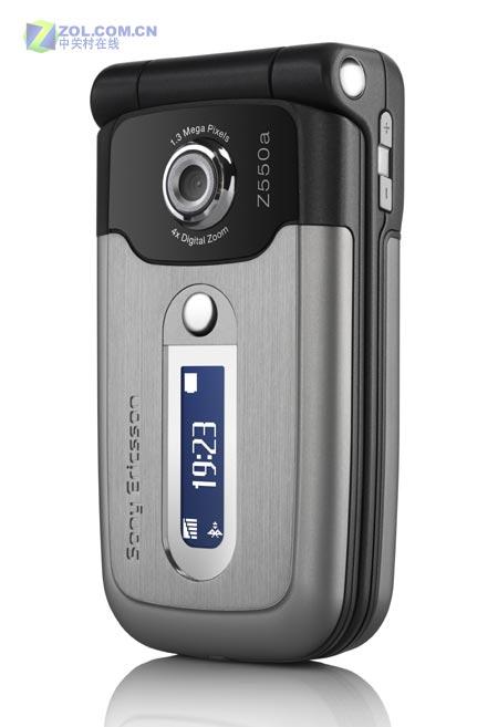图为索尼爱立信公司的新款翻盖手机Z550a-百万像素 索爱发布新款翻