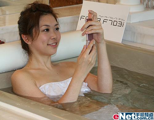 富士通与美女共浴防水F703i图赏!