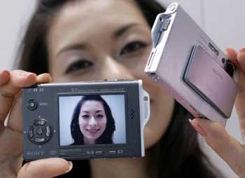 科技时代_索尼展出最新510万像素DSC-T7数码相机(图)