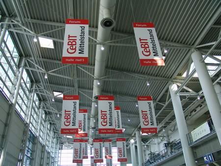 科技时代_CeBIT2006 展厅大堂上空悬挂的宣传横幅