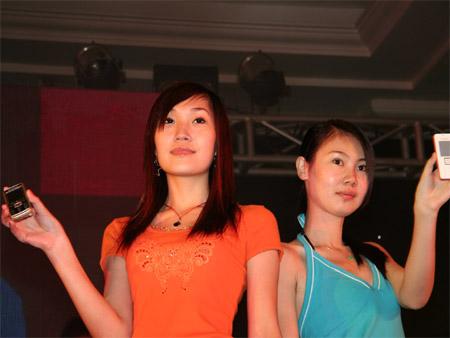 科技时代_图文:现场模特展示粉时尚手机