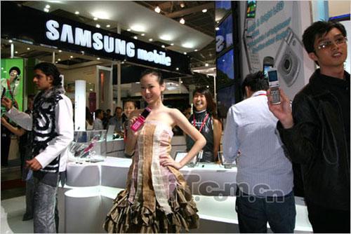 型男美女显风采展示松下最新时尚手机
