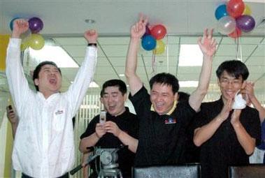 图文:百度股价首日交易疯涨员工欣喜若狂