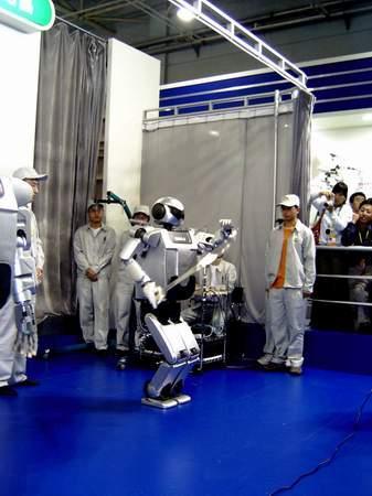 中国仿人机器人首次亮相能舞刀耍拳(组图)
