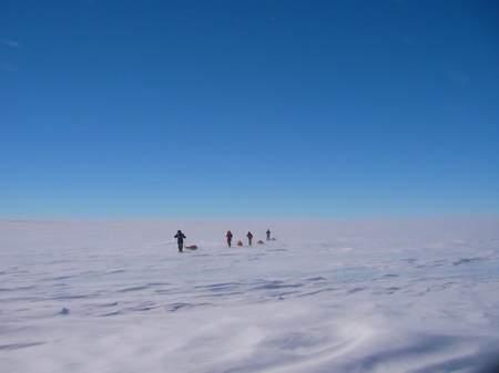 组图:南极探险队风雪中前行和帐篷外的风景(2)