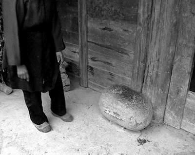 贵州神奇山崖能生石头蛋每隔30年自动脱落