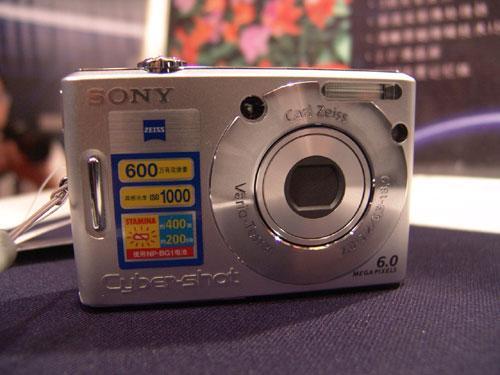 索尼四箭齐发推出新款W系列数码相机