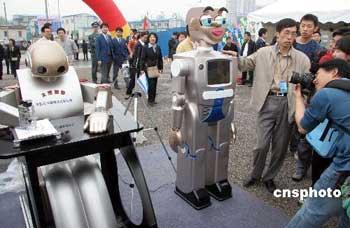 中国最新仿人机器人亮相可眉目传情现场作画