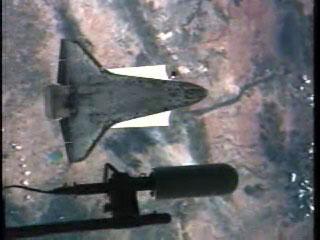 组图:发现号与空间站对接前进行翻转