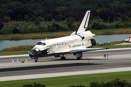 组图:发现号航天飞机着陆全过程