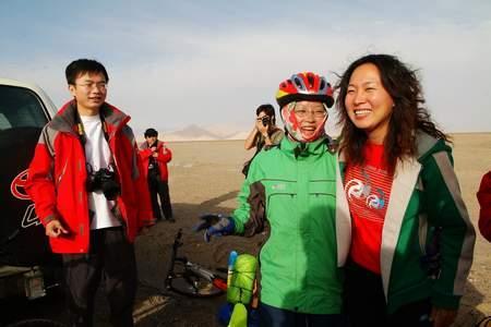 三星超越之旅照片:王军霞与单车爱好者合影