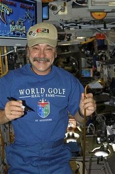 俄宇航员单手打太空高尔夫球将绕地球48圈