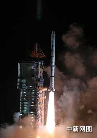 组图:中国长征火箭托举鑫诺三号成功发射