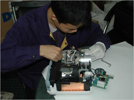 一般只有原厂的售后维修站人员才熟悉该品牌投影机的内部结构,普通