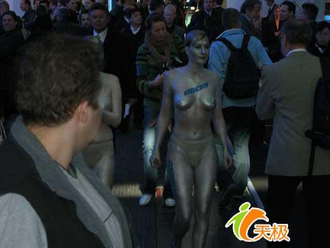 CeBIT也疯狂赤裸美女展示笔记本电脑