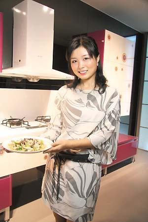 美女厨房的酸辣木耳丝组图