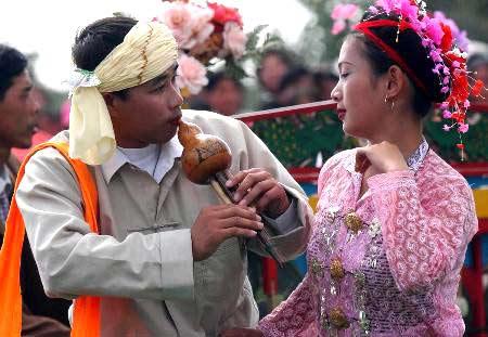卖鸡肉找对象 有趣的傣族婚俗(图)