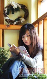 名人谈读书:赵薇认为喜欢读书是一辈子的事