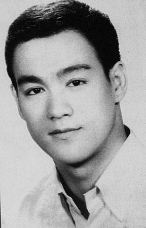 李小龙/18岁的李小龙带着父母的希冀和憧憬,只身重返他的出生地——...