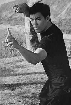 李小龙/李小龙大学期间,作为美国公民被征入伍,差点被派往越南作战。...