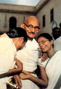 人性的自然需要 圣雄甘地与他周围的女子
