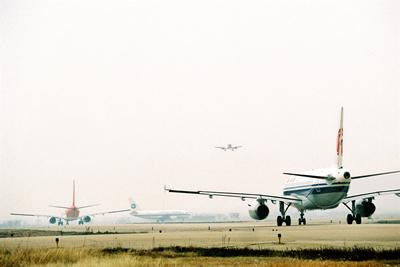 几架飞机在机场跑道头的滑行