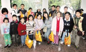 """广州:志愿者冒雨为人民公园""""洗脸"""""""