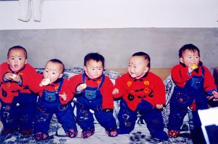 """五胞胎,幼儿园里活泼可爱的""""真福娃"""";            不是有个超人妈妈生"""