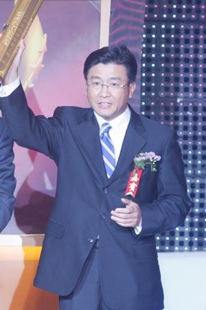 19年年度经济人物_陈锦华给年度经济人物得主张庆伟颁奖