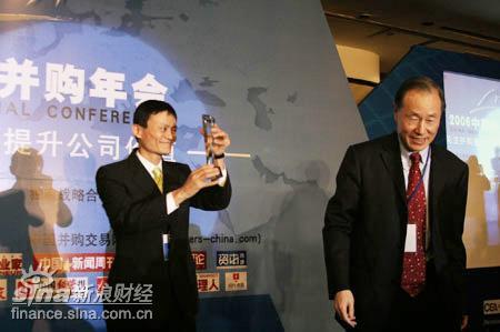 图文:朱利为阿里巴巴首席执行官马云颁奖