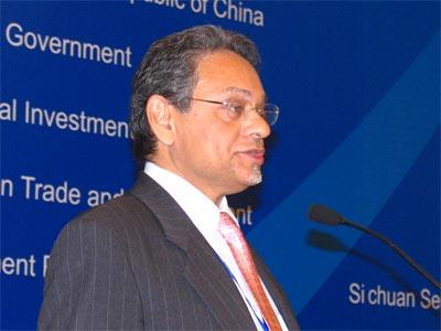 图文:UNCTAD投资司长KhalilHamdani在做讲演