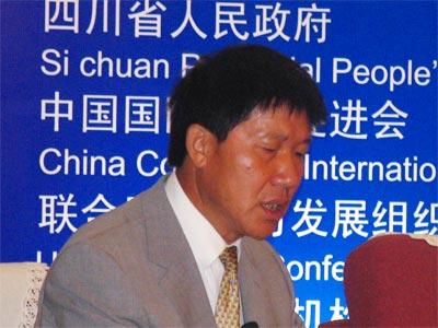 图文:四川省商务厅副厅长施正华在主持会议