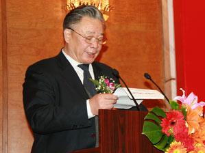 图文:中国民(私)营经济研究会会长保育钧致词