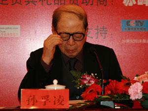 图文:全国政协副主席孙孚凌正在审阅组委会文件