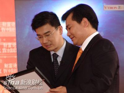 图文:张劲东接受CCTV送出的漫画
